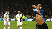 """Esultanza Samuel Eto'o dopo il gol 2-0<br /> Milano, 16/04/2010 Stadio """"Meazza""""<br /> Inter-Juventus.<br /> Campionato Serie A 2009/2010<br /> Foto Nicolo' Zangirolami Insidefoto"""