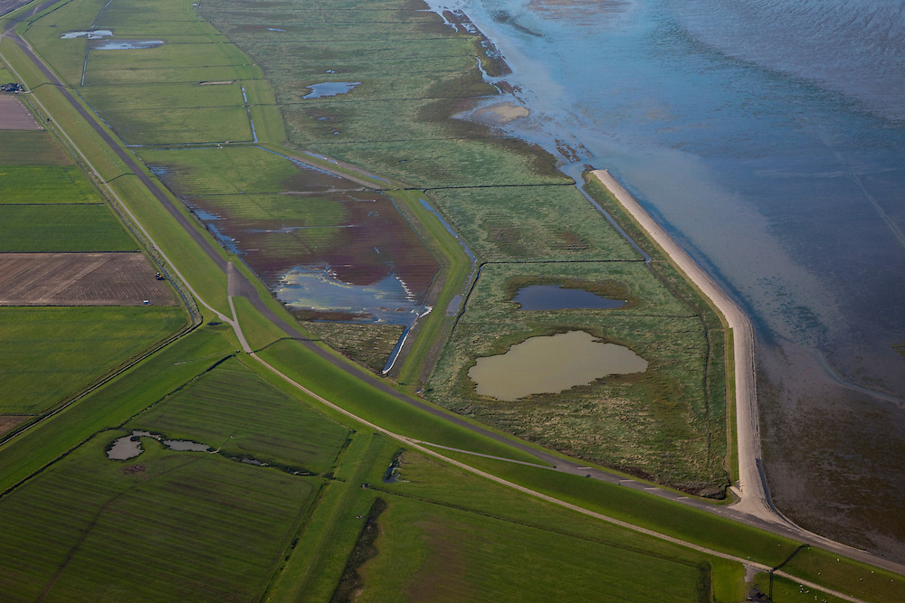 Nederland, Friesland, Gemeente Dongeradeel, 08-09-2009; Peazemerlannen, kweldergebied grenzend aan het Wierumerwad en de Waddenzeee. Het gebied is ontstaan door spontane uitpoldering bij storm in 1973 waarbij er een gat geslagen werd in de bitumendijk. Links de zeedijk (op delta hoogte) in het midden de zigzag lopende dijk van de zomerpolder. Het natuurgebied is in beheer bij  It Fryske Gea. .Peazemerlannen, salt marshes bordering the Wierumerwad and Waddenzeee. The area has been created in 1973, a severe storm made a hole in the outside polder dike. Left the seawall (delta height),  in the middle of the zigzag dike  of the summer polder. The area is a nature reserve, managed by It Fryske Gea.luchtfoto (toeslag); aerial photo (additional fee required); .foto Siebe Swart / photo Siebe Swart