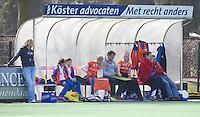BLOEMENDAAL - De bank van Bloemendaal tijdens de overgangsklasse competitiewedstrijd hockey tussen de vrouwen van Bloemendaal en Zwolle (2-0). COPYRIGHT KOEN SUYK