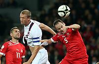Bern, 12.10.2012, Fussball WM 2014 Quali, Schweiz - Norwegen, Brede Hangeland (NOR) gegen Valon Behrami und Steve von Bergen (SUI) (Pascal Muller/EQ Images)