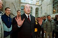 """17 NOV 2000, BERLIN/GERMANY:<br /> Kurt Bodewig, SPD, designierter Bundesverkehrsminister, mit schmutzigen Haenden, nach der Befuellung des Hans Haack Kunstobjekts """"DER BEVÖLKERUNG"""" mit Kohle aus dem Kreis Neuss - Nordrhein-Westfalen, Beobachter der Aktion sind Auszubildende aus dem Bergbau, Innenhof Reichstagsgebäude<br /> IMAGE: 20001117-02/01-33"""