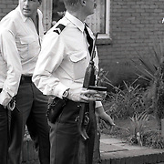 NLD/Bussum/19901015 - Doorgedraaide militair met wapen op stap in Bussum, marechaussee met in beslag genomen wapen