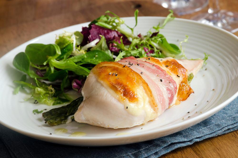 Chicken breast with bacon, asparagus and mozzarella