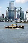 Uitzicht op de brug De Hef en een boot op de rivier Nieuwe Maas, Rotterdam, Zuid-Holland - View on the bridge De Hef  and a boat on the river Nieuwe Maas, Rotterdam, Netherlands