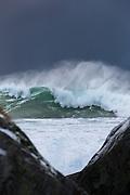 Big wave seen through two stones | Kjempebølge sett gjennom to steiner.
