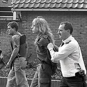 NLD/Bussum/19901015 - Doorgedraaide militair met wapen op stap in Bussum, aangehouden militair word afgevoerd
