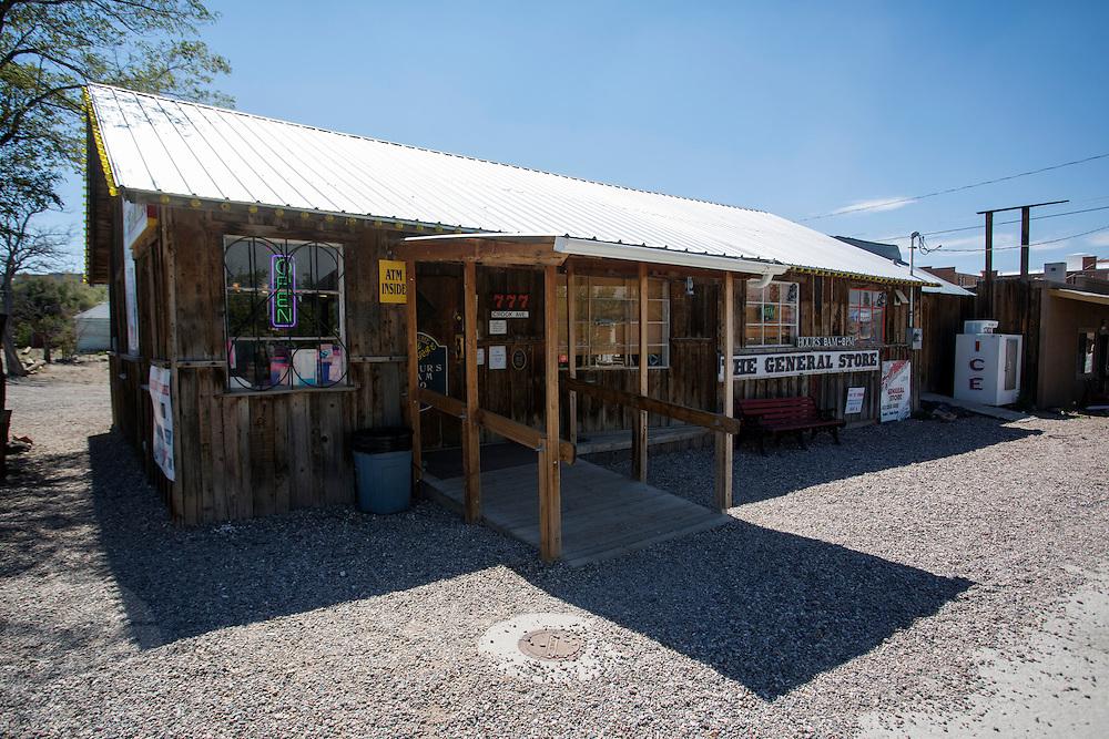 De winkel uit 1950 dat nog altijd open is fungeert tevens als toeristisch centrum. Goldfield, Nevada, is een bijna verlaten ghost town in Esmeralda County, gelegen aan de State Route 95. Tussen 1906 en 1910 was Goldfield de grootste plaats in de Amerikaanse staat Nevada met meer dan 20.000 inwoners. Momenteel leven er tussen de 200 en 300 mensen. Het plaatsje is groot geworden door de vondst van goud in 1902. Vanaf 1910 daalde het aantal inwoners snel en in 1923 is een groot deel verwoest door een brand. De overgebleven huizen zijn grotendeels verlaten, maar worden nog altijd onderhouden door de inwoners. Daarmee wordt de geschiedenis van de het plaatsje bewaard.<br /> <br /> The general store of 1950. Goldfield, Nevada, is an almost deserted ghost town in Esmeralda County. Between 1906 and 1910, Goldfield was the largest town in the state of Nevada with more than 20,000 inhabitants. Currently, there are between 200 and 300 people. The town has grown with the discovery of gold in 1902. From 1910, the population declined rapidly, and in 1923 the town was largely destroyed by a fire. The remaining houses are largely abandoned, but are still maintained by the residents. This way the history of the town is preserved.