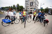 Bezoekers staan klaar voor een fietstocht door de stad. In Nijmegen wordt de internationale conferentie Velo City gehouden. Tijdens het meerdaags congres praten beleidsmedewerkers en de fietsindustrie over het gebruik van de fiets in het dagelijks leven. Daarnaast zijn er tal van fietsgerelateerde activiteiten.<br /> <br /> In Nijmegen the bike related congress Velo City 2017 is held. From all over the world people come to talk about the use of the bicycle as a way of transportation.