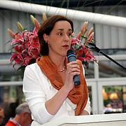 NLD/Lisse/20050512 - Frederique van der Wal doopt haar lelie genaamd Frederique's Choice, marketingmanager Keukenhof Annemarie M.M. Gerards-Adriaansens