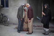 26022019. INDE. BIHAR. La caravane de la paix Karwan-e-Mohabbat. Harsh Minder, à l'origine de Karwan-e-Mohabbat (la caravane de l'amour), leader du collectif. Village d'Aziz Pur, près de la frontière avec le  Népal. Famille hindou de Manju Devi qui a perdu son fils Barthendur, 16 ans, tué par des musulmans qui le soupçonnaient d'entretenir une relation amoureuse avec une adolescente musulmane. Des chiens ont retrouvé son corps 10 jours après sa disparition dans un champ voisin, une main sortant de terre. John Dayale, journaliste et activiste des droits humains. Navsharan Singh, chercheuse.