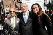 Kerkelijkhuwelijk Berget Lewis in de Sint Petruskerk in Amsterdam.<br /> <br /> Op de foto:  Tjeerd Oosterhuis , Huub Oosterhuis en Trijntje Oosterhuis