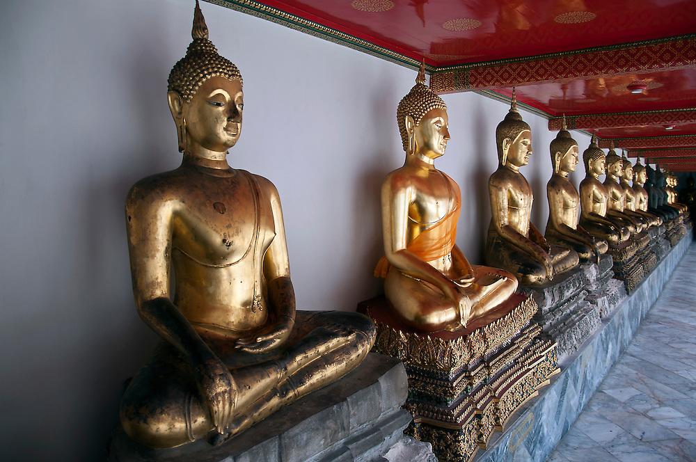 Golden buddha statues.