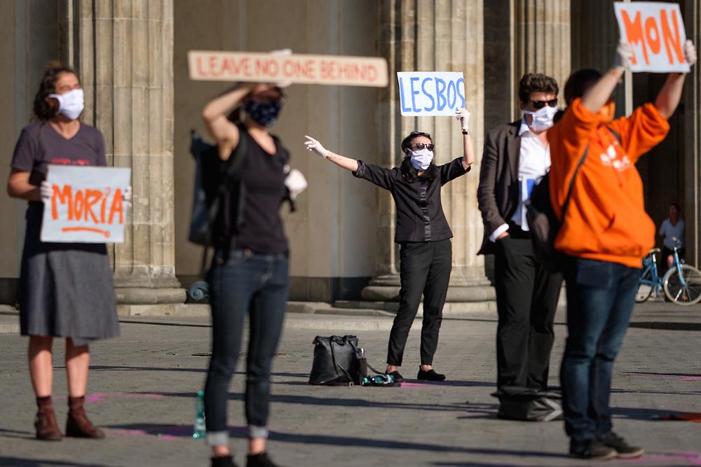 """20 Menschen protestieren unter Einhaltung der Sicherheitsmaßnahmen zur Eindämmung der Corona-Pandemie am Brandenburger Tor in Berlin unter dem Motto """"Menschenrechte wahren - Lager auflösen - Evakuierung jetzt!"""" auf einer genehmigten Kundgebung für die sofortige Evakuierung der Menschen aus den griechischen Flüchtlingslagern. Wegen der Eindämmungsverordnung des Infektionsschutzgesetzes zur COVID-19-Pandemie (Coronavirus SARS-CoV-2) wurde die Teilnehmerzahl auf 20 begrenzt und der Ort nicht vorab bekannt gegeben, stattdessen wurde die Veranstaltung als Live-Stream ins Internet übertragen. <br /> <br /> [© Christian Mang - Veroeffentlichung nur gg. Honorar (zzgl. MwSt.), Urhebervermerk und Beleg. Nur für redaktionelle Nutzung - Publication only with licence fee payment, copyright notice and voucher copy. For editorial use only - No model release. No property release. Kontakt: mail@christianmang.com.]"""