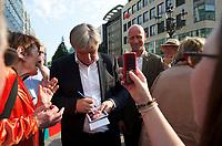 DEU, Deutschland, Germany, Berlin, 18.08.2011:<br />Der Regierende Bürgermeister von Berlin, Klaus Wowereit (SPD) signiert während einer Wahlkampfveranstaltung in Berlin-Wilmersdorf eine Autogrammkarte.