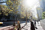 Voetgangers lopen door Market Street in San Francisco. De Amerikaanse stad San Francisco aan de westkust is een van de grootste steden in Amerika en kenmerkt zich door de steile heuvels in de stad.<br /> <br /> Pedestrians at Market Street in San Francisco. The US city of San Francisco on the west coast is one of the largest cities in America and is characterized by the steep hills in the city.