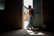 30012018. Niger. Agadez. Ghetto en bordure de la ville où se cachent les migrants de passage dans leur route vers l'Algérie et la Libye avec en ligne de mire l'Europe. Ils attendent ici le temps de trouver un passeur ou de récolter de l'argent pour poursuivre leur route en travaillant ou en faisant appel à leur famille. icii vivent des migrants gambiens : yahya, 32 ans, boubacar, 29 ans et Barry, 27 ans, son enfant Ismail né à Agadez et sa femme. Les destins s'entrecroisent, un hésite à rentrer, les deux autres veulent coontinuer la route et aller en Europe...