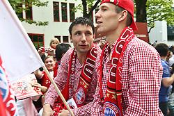 09.05.2010, Marienplatz, Muenchen, GER, 1. FBL, Meisterfeier der Bayern , im Bild  Mark van Bommel (FC Bayern Nr.17) und Arjen Robben (FC Bayern Nr.10) , EXPA Pictures © 2010, PhotoCredit: EXPA/ nph/  Straubmeier / SPORTIDA PHOTO AGENCY