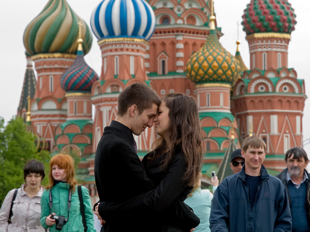 Junges Liebespaar vor der Basilius-Kathedrale auf dem Roten Platz in Moskau.<br /> <br /> Young lovers infront of the Saint Basil's Cathedral at Red Square in Moscow.