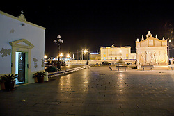 Vista sulla minuscola chiesa di S.Cristina, Gallipoli (LE). Sulla destra la fontana greca e in fondo la capitaneria di porto