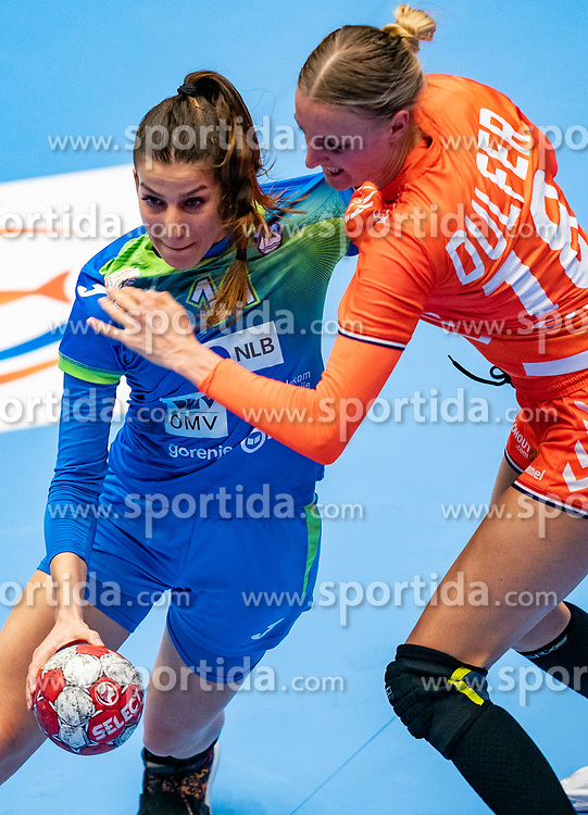 Ana Abina of Slovenia, Kelly Dulfer of Netherlands in action during the Women's friendly match between Netherlands and Slovenia at De Maaspoort on march 19, 2021 in Den Bosch, Netherlands (Photo by RHF Agency/Ronald Hoogendoorn)