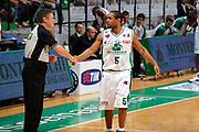 DESCRIZIONE : Siena Lega A 2008-09 Playoff Finale Gara 2 Montepaschi Siena Armani Jeans Milano<br /> GIOCATORE : Terrell Mc Intyre<br /> SQUADRA : Montepaschi Siena<br /> EVENTO : Campionato Lega A 2008-2009 <br /> GARA : Montepaschi Siena Armani Jeans Milano<br /> DATA : 12/06/2009<br /> CATEGORIA : fair play<br /> SPORT : Pallacanestro <br /> AUTORE : Agenzia Ciamillo-Castoria/G.Ciamillo