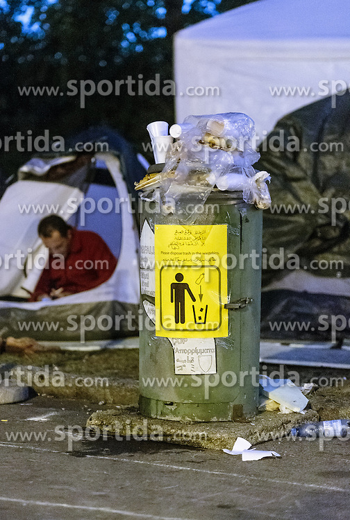 03.10.2015, Grenzübergang, Salzburg - Freilassing, GER, Flüchtlingskrise in der EU, im Bild eine überfüllte Mülltonne vor den Zelten // an overfilled garbage can in front of the tents. Europe is dealing with its greatest influx of migrants and asylum seekers since World War II as immigrants fleeing war and poverty in the Middle East, Afghanistan and Africa try to reach Germany and other Western European countries, German - Austrian Border, Salzburg on 2015/10/03. EXPA Pictures © 2015, PhotoCredit: EXPA/ JFK