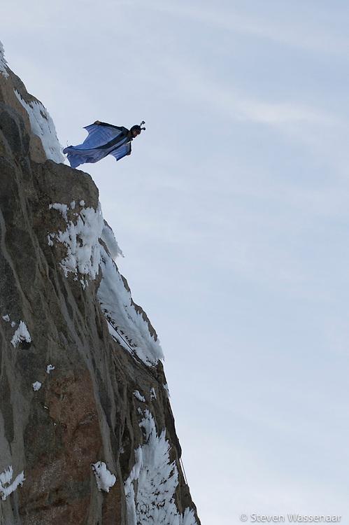 BASE JUMBER ET WINGSUITER  ROCH MALNUIT AVANT LE SAUT DE L AIGUILLE DU MIDI (3800 M)