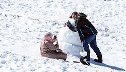 THEMENBILD - ein Arabisches Paar macht ein Erinnerungsfoto mit einem Schneemann. Jedes Jahr besuchen mehrere Tausend Gäste aus dem arabischen Raum die Urlaubsregion im Salzburger Pinzgau, aufgenommen am 08. August 2016 in Zell am See, Österreich // an Arabian couple making a souvenir photo with a snowman. Every year thousands of guests from Arab countries takes their holiday in Zell am See - Kaprun Region, Zell am See, Austria on 2016/08/08. EXPA Pictures © 2016, PhotoCredit: EXPA/ JFK