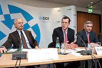 """24 MAR 2009, BERLIN/GERMANY:<br /> Dr.-Ing. Hans-Peter Keitel, Praesident des Bundesverbandes des Deutschen Industrie e.V., Dr. Karl- Theodor zu Guttenberg, CSU, Bundeswirtschaftsminister, Peter Loescher, Vorstandsvorsitzender Siemens AG, (v.L.n.R.), Pressekonferenz """"Klimaschutz in der Rezession - jetzt nicht mehr oder jetzt erst recht?"""", BDI initiativ - Wirtschaft fuer Klimaschutz, Haus der Wirtschaft<br /> IMAGE: 20090324-01-006<br /> KEYWORDS: Peter Löscher"""