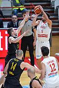 DESCRIZIONE : Varese FIBA Eurocup 2015-16 Openjobmetis Varese Telenet Ostevia Ostende<br /> GIOCATORE : Roko Ukic<br /> CATEGORIA : Tiro Tre Punti Composizione <br /> SQUADRA : Openjobmetis Varese<br /> EVENTO : FIBA Eurocup 2015-16<br /> GARA : Openjobmetis Varese - Telenet Ostevia Ostende<br /> DATA : 28/10/2015<br /> SPORT : Pallacanestro<br /> AUTORE : Agenzia Ciamillo-Castoria/M.Ozbot<br /> Galleria : FIBA Eurocup 2015-16 <br /> Fotonotizia: Varese FIBA Eurocup 2015-16 Openjobmetis Varese - Telenet Ostevia Ostende