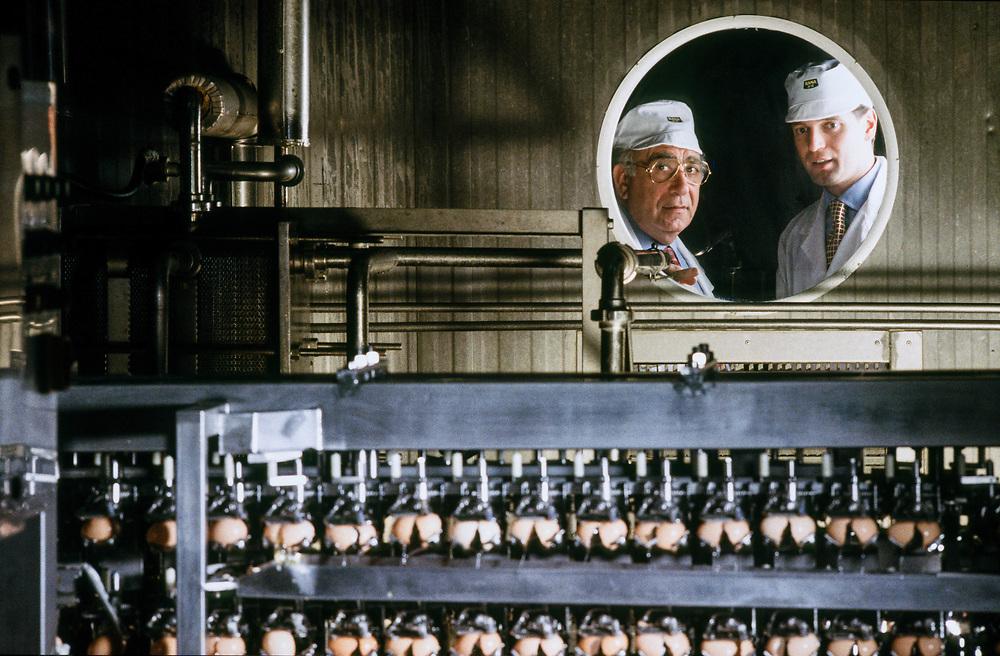 07 FEB 1995 - San Giovanni Lupatoto (VR) - Giovanni Rana, industriale della pasta, con il figlio Gianluca.