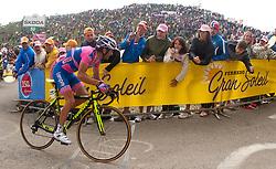 21.05.2011, Monte Zoncolan, ITA, Giro d´ Italia 2011, 14. Etappe, Lienz - Monte Zoncolan, im Bild Michele Scarponi (ITA) Lampre ISD wird von den Fans ins Ziel gepeitscht // during the Giro d´ Italia 2011, Stage 14, Lienz - Monte Zoncolan, Italy, 2011-05-21, EXPA Pictures © 2011, PhotoCredit: EXPA/ J. Feichter