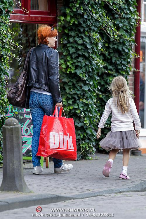 NLD/Laren/20120730 - Chazia Mourali en dochter winkelend in Laren met een grote Dirk van der Broek tas,