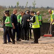 NLD/Hilversum/20060503 - HM Beatrix opent de langste natuurbrug ter wereld : Natuurbrug Zanderij Crailo in Hilversum, schoonmaak, voorbereiding voor de aankomst