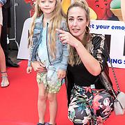 NLD/Amsterdam/20170802 - Premiere De Emoji film, Fabienne de Vries en dochter Teddy May