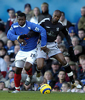 Fotball<br /> Premier League 2004/05<br /> Portsmouth v Chelsea<br /> 28. desember 2004<br /> Foto: Digitalsport<br /> NORWAY ONLY<br /> Yakubu Aiyegbeni tussles with William Gallas