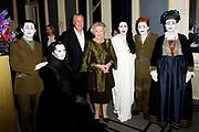 Hare Majesteit Koningin Beatrix wasvrijdagavond 22 juni in het Koninklijk Theater Carré in Amsterdam de première bij van de voorstelling The Life and Death of Marina Abramovic, als onderdeel van het Holland Festival. //// Her Majesty Queen Beatrix wasvrijdagavond 22 June in the Royal Theatre Carré in Amsterdam at the premiere of the show The Life and Death of Marina Abramovic, as part of the Holland Festival.<br /> <br /> Op de foto / On the photo: <br />  v.l.n.r. ? , Anthony Hegarty , Robert Wilson , Koningin Beatrix , Marina Abramovic en WIllem Dafoe , ?