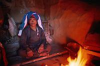 Nepal. Region de Gosainkund. Shaman, Chaman ou medecin sorcier. // Nepal. Gosainkund area. Shaman at home.