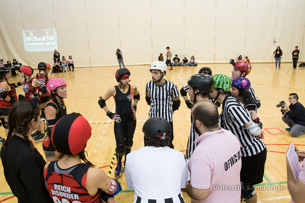 Madrid, Spain. 17th January, 2018. Players, officials, and referees meeting for an official review during the game between Roller Derby Madrid B and Baywitch Project Nice Roller Derby held in Madrid. © Valentin Sama-Rojo
