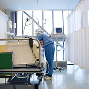 Nederland Rotterdam  25-08-2009 20090825 Foto: David Rozing .Serie over zorgsector, Ikazia Ziekenhuis Rotterdam. ..Foto: David Rozing Serie over zorgsector, Ikazia Ziekenhuis Rotterdam. Een verpleegkundige controleert een patient op de recoveryroom, dit is een zaal waar patienten na een operatie verzorgd worden. Patient is being checked by doctor, in recovery room, where people are looked after, after surgery. ziekenzaal, op zaal liggen Holland, The Netherlands, dutch, Pays Bas, Europe, professionele, professional, steriel, steriele omgeving, werkkleding, kledingvoorschriften, , genezen, genezing, ziekte bestrijding bestrijden, ernstig ziek zijn, ..Foto: David Rozing..Holland, The Netherlands, dutch, Pays Bas, Europe, ronde doen, routine verpleegkundigen, op zaal liggen, interactie patient verpleging, praatje maken met, tijd hebben voor, aandacht hebben voor geven, luisterend oor hebben voor, menselijk contact , , ziekenhuiszaal, op zaal liggen,  behandelplan, treatment,. ,ziektekosten,zorgverlener, zorgverleners,zorgverlening, overzicht, general view ,verpleegster, verpleegsters, verpleger, verplegers, verplegend, status