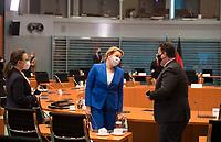 DEU, Deutschland, Germany, Berlin, 16.12.2020: V.l.n.r. Michelle Müntefering (SPD), Staatsministerin für internationale Kulturpolitik im Auswärtigen Amt, Bundesfamilienministerin Dr. Franziska Giffey (SPD), Bundesarbeitsminister Hubertus Heil (SPD), vor Beginn der 124. Kabinettsitzung im Bundeskanzleramt. Aufgrund der Coronakrise findet die Sitzung derzeit im Internationalen Konferenzsaal statt, damit genügend Abstand zwischen den Teilnehmern gewahrt werden kann.