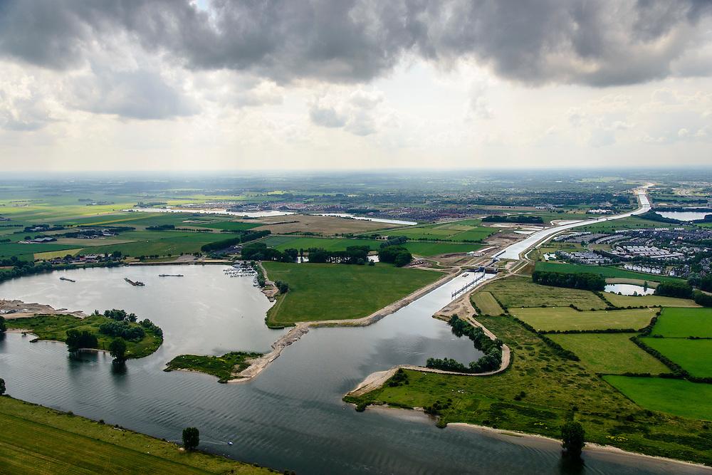 Nederland, Noord-Brabant, Gemeente Den Bosch, 26-06-2014;  aanleg Maximakanaal, directe verbinding tussen de Maas en de Zuid-Willemsvaart. Aansluiting op de Maas met sluis Empel.<br /> Door de omlegging van Zuid-Willemsvaart hoeft de beroepsvaart niet langer door de binnenstad van Den Bosch. Ook maakt het nieuwe kanaal het mogelijk met grotere schepen te varen.<br /> Construction Maxima channel, direct connection between river Meuse river and the South Willemsvaart, East of Den Bosch. <br /> luchtfoto (toeslag op standaard tarieven);<br /> aerial photo (additional fee required);<br /> copyright foto/photo Siebe Swart.