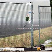 Amsterdam Schiphol Nederland 27 februari 2009 20090227 Foto: David Rozing .Rose in fence at the crashsite, expression of sympathy for the victims of the airplane crash. .Een roos met briefje, om medeleven te betuigen aan de betrokkenen en slachtoffers van de vliegramp,  in het hekwerk op de ramplokatie. .Dead, death, casualty, casualties, bergen, lijk, body, bodies, casulalty, deadly, burrying.Airplane of Turkish Airlines crashed just 1 kilomtre short of the landing strip of Schiphol Airport. The plane broke in 3 pieces The plane, with 135 passengers on board, crashed short of the runway near the A9 motorway and suffered significant damage. It was Flight 1951 from Istanbul and was a 737-800 aircraft....SCHIPHOL Langs de A9 is woensdagochtend om 10.31 uur tussen het Rotterpolderplein en Schiphol een vliegtuig van Turkish Airlines neergestort. Er zijn negen doden gevallen en vijftig passagiers raakten gewond waarvan 25 ernstig. Het vliegtuig is in drie delen uit elkaar gevallen. Het gaat om een Boeing 737 met 127 passagiers aan boord en zeven bemanningsleden. Het lijkt erop dat het passagiersvliegtuig de Polderbaan net niet heeft kunnen bereiken. Het vliegtuig is aan de andere kant van de A9 in een akker gecrasht. De oorzaak van het ongeluk is nog onbekend. ..Foto: David Rozing
