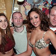 Persviewing Zoey Zappt Amsterdam, Eddy Zoey en maxime Hartman met 2 dames in bikini