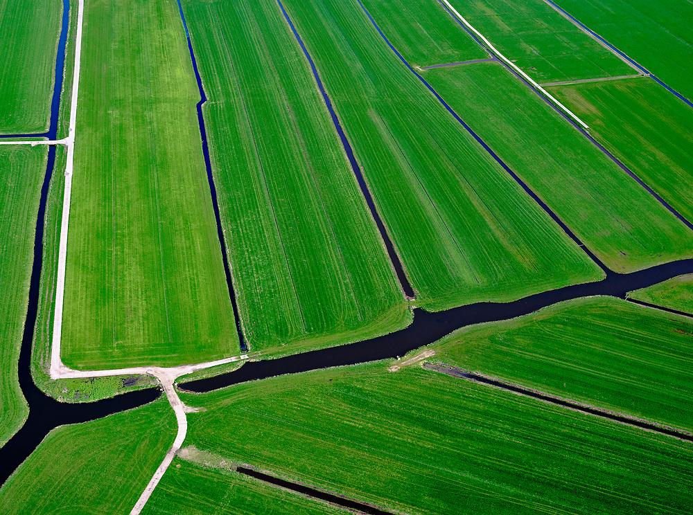 Nederland, Utrecht, Abcoude, 16-04-2021; Polder Baambrugge - Oostzijds (voormalig waterschap). Typische verkaveling in veenweidegebied, weilanden voor veeteelt, sloten voor de ontwatering.<br /> Polder Baambrugge - Oostzijds (former water Authority). Typical allotment in peat meadow areas, pastures for cattle breeding, ditches for drainage.<br /> <br /> luchtfoto (toeslag op standaard tarieven);<br /> aerial photo (additional fee required)<br /> copyright © 2021 foto/photo Siebe Swart