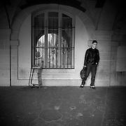 Paris - Place des Vosges - Juin 2012 - Un jeune lycéen attends contre le mur.