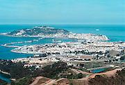 Spanje Ceuta 22-5-2001Sinds eind 1999 staat een dubbel hek met uitkijktorens om de enclave Ceuta in noord Marokko, teneinde de stroom illegalen en asielzoekers in te dammen. De Guardia Civil kan de grens nu makkelijker controleren. Sindsdien is het aantal binnenkomers sterk gedaald, en probeert men met rubber bootjes het Spaanse vasteland te bereiken.Foto: Flip Franssen