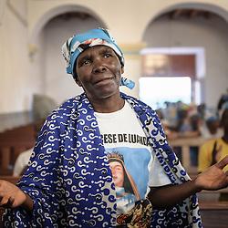 """Procissão a Nossa Senhora da Muxima, Angola, 2013. Este ano, a peregrinação ao Santuário da Muxima decorreu sob o tema """"Família, levanta-te e caminha, família e cultura"""" e o lema é """"Creio, Senhor, aumenta a minha fé. Mamã Muxima, intercede pelos que têm fé"""" O Santuário da Muxima é o maior espaço de devoção católica no país."""