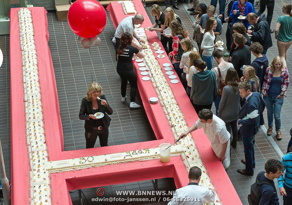 Amsterdam, 2-5-2013. Kapsalon Hairtrends, gevestigd in het Academisch Medisch Centrum in Amsterdam, bestaat vandaag dertig jaar. Een bijzondere mijlpaal die eigenaresse Yvonne de Boer niet zomaar voorbij liet gaan. Speciaal voor alle klanten van de kapsalon, waarvan het merendeel in het AMC werkzaam is, had zij een dertig meter lange taart laten maken, in de vorm van de letter H van Hairtrends. Yvonne de Boer is tevens de oprichter van Stichting Haarwensen, de stichting die kinderen t/m 18 jaar die kaal zijn door alopecia of kanker een gratis pruik aanbiedt. (foto:Joh van Iperen)