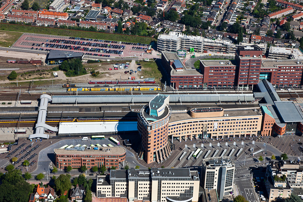 Nederland, Utrecht, Amersfoort, 06-09-2010; station Amersfoort, spoorwegknooppunt. Op het stationsplein stadsbussen en streekbussen, kantoren in de directe omgeving van het station..Station Amersfoort, railway junction, with city and intercity buses, offices and office buildings in the immediate vicinity of the station..luchtfoto (toeslag), aerial photo (additional fee required).foto/photo Siebe Swart